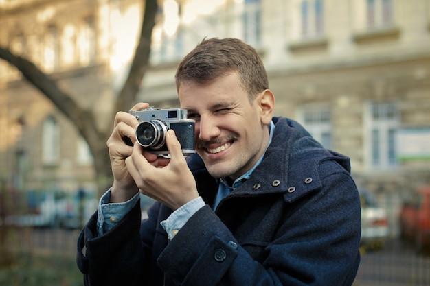 ビンテージカメラを持つ男