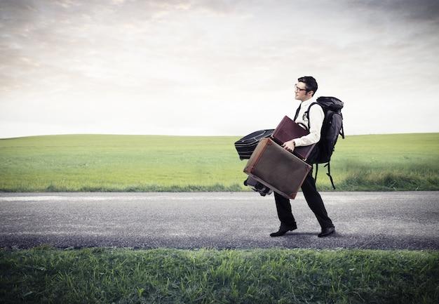 多くの荷物を持ったビジネスマン
