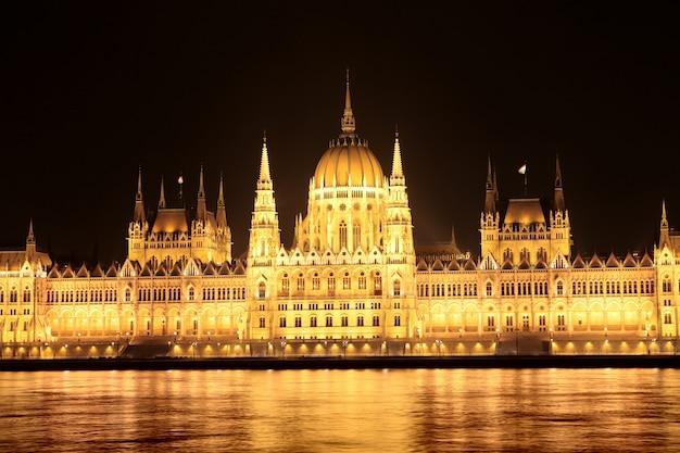 夜のハンガリー議会