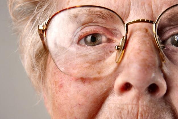 年配の女性のクローズアップ