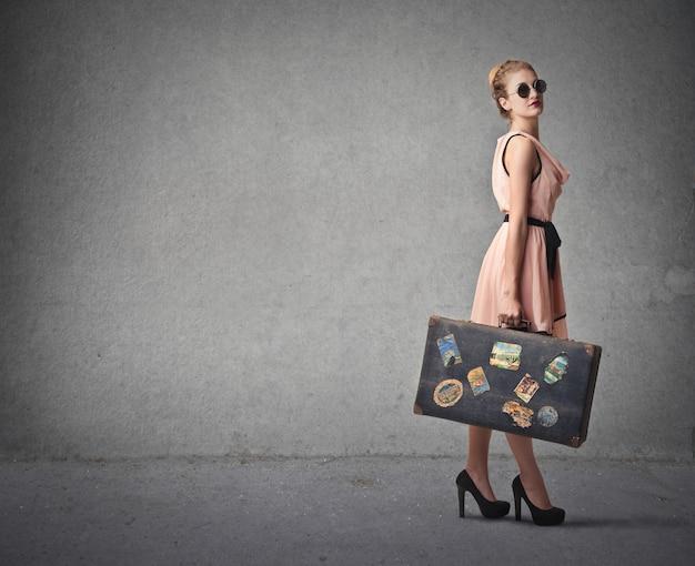 スーツケースときれいな女性