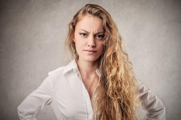 怒っている金髪の女性