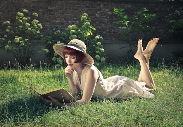 庭で本を読む