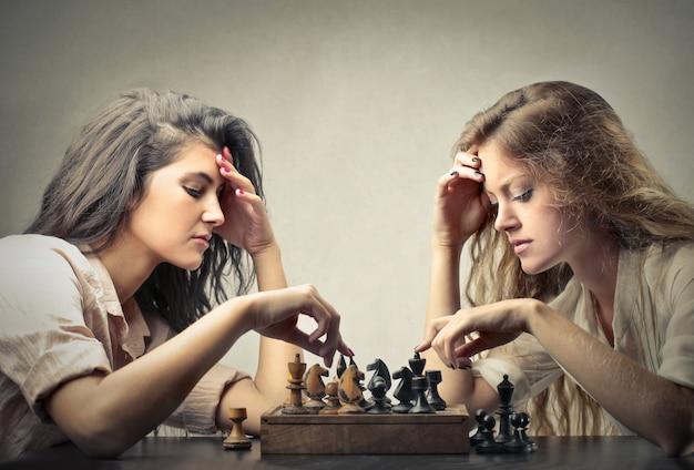 友達とチェスをする