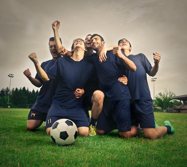 Футбольная команда празднует победу