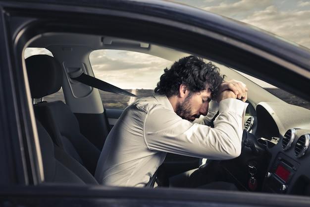 Усталый сонный водитель