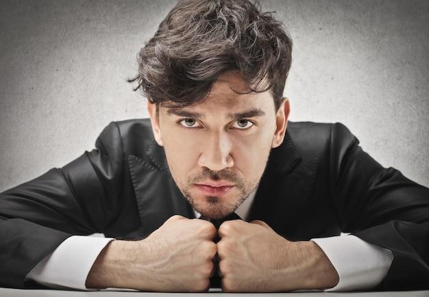怒っている強力なビジネスマン