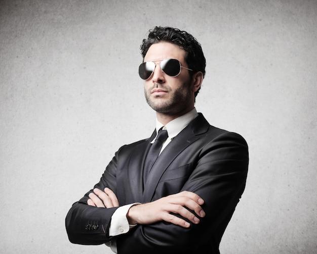 サングラスをかけているエレガントなビジネスマン
