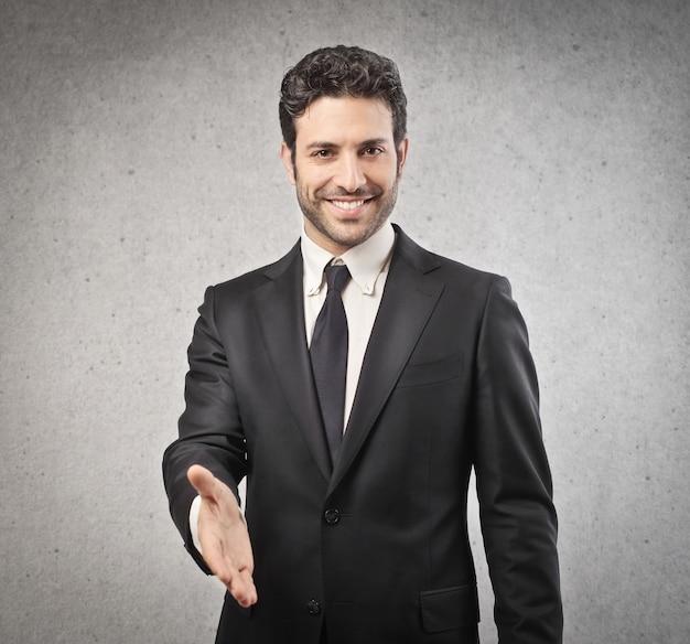 Бизнесмен, предлагая свою руку
