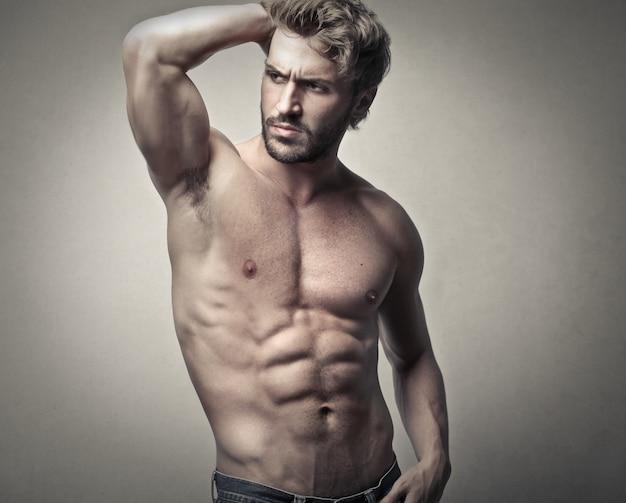 セクシーな上半身裸の筋肉質の男
