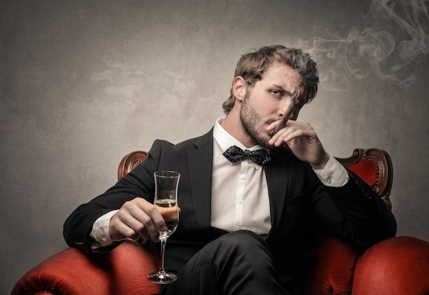リッチでエレガントな男性の喫煙と飲酒