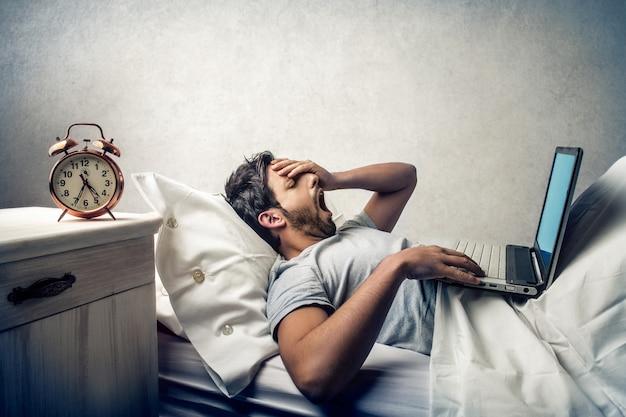 朝早くベッドで働く