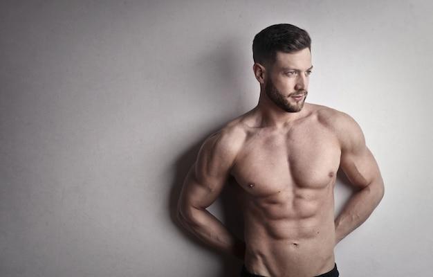 筋肉質のハンサムな男