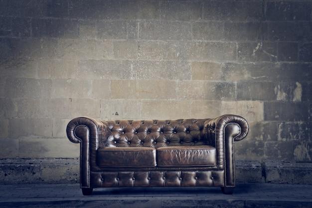 革の茶色のソファ