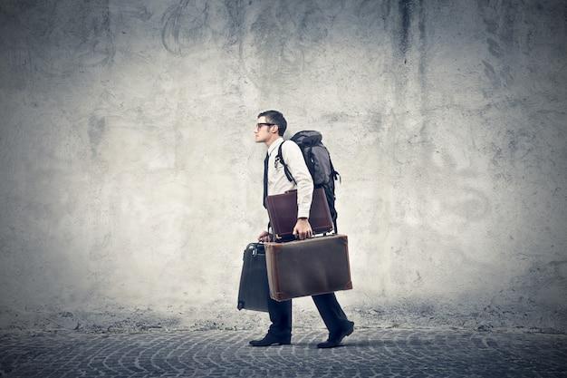旅行に行くビジネスマン