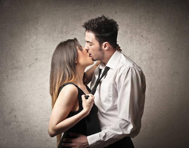 カップルが喜んでキス