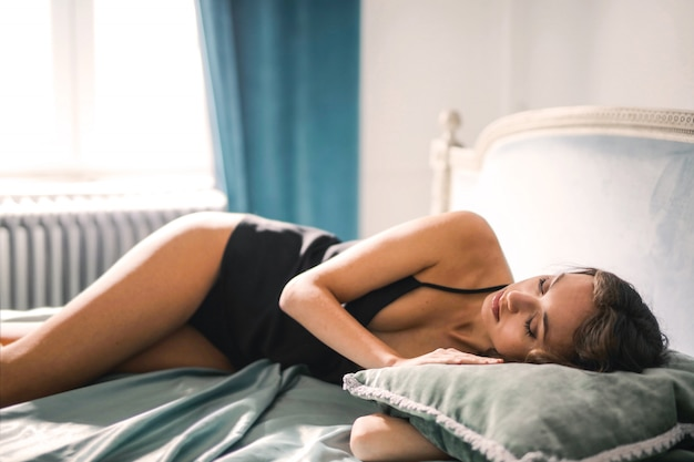 Девушка кровати лежа милая