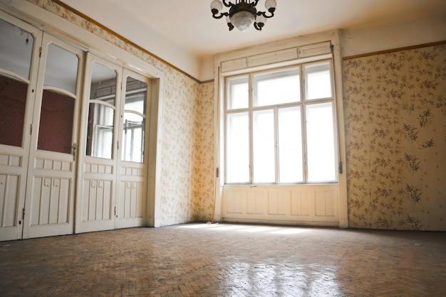 空の古いアパート