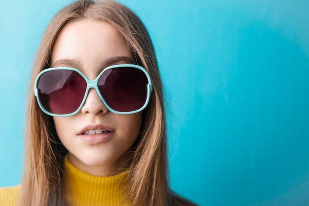 Модная молодая девушка