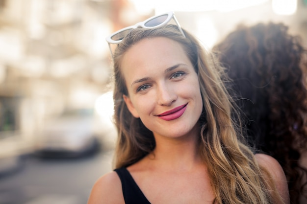 幸せな笑顔の若い女性