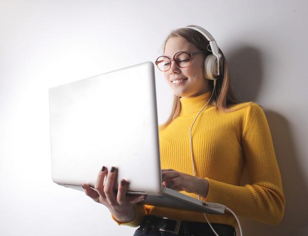 Студент девушка работает на ноутбуке