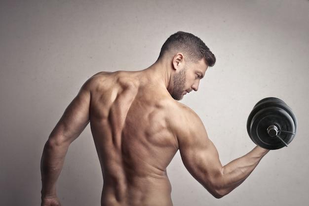 Мускулистый мужчина, поднятие тяжестей