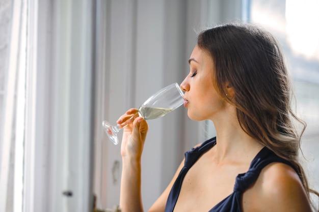 シャンパンのグラスを飲む女性