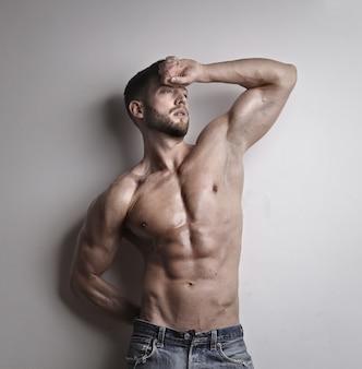 筋肉質の若い男