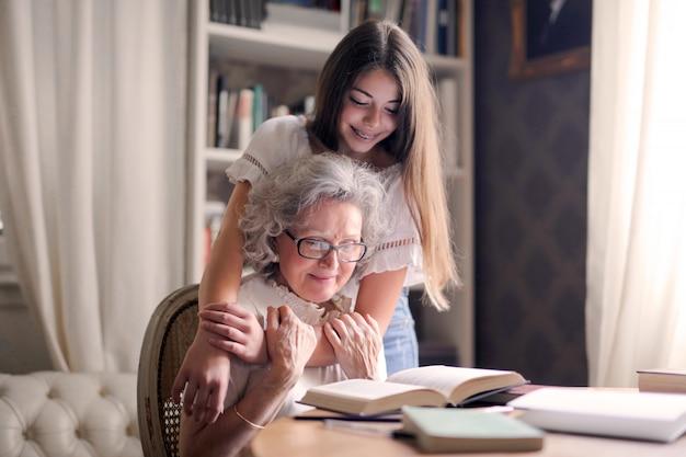 Проводить время с бабушкой