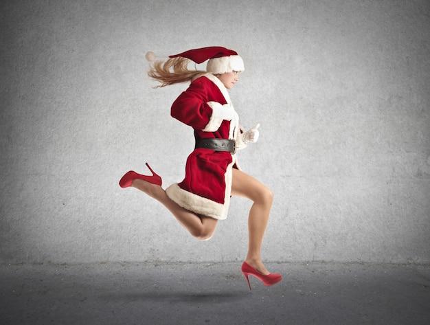 サンタの実行のような服を着た女性