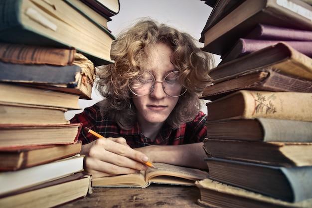 本で一生懸命勉強する