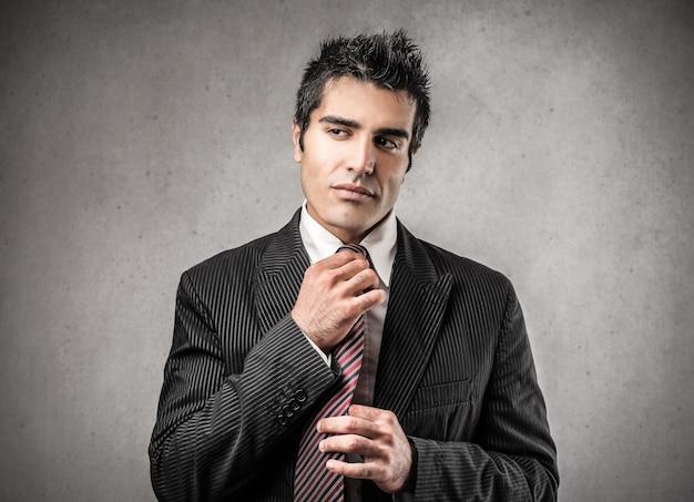 調整する実業家はネクタイ