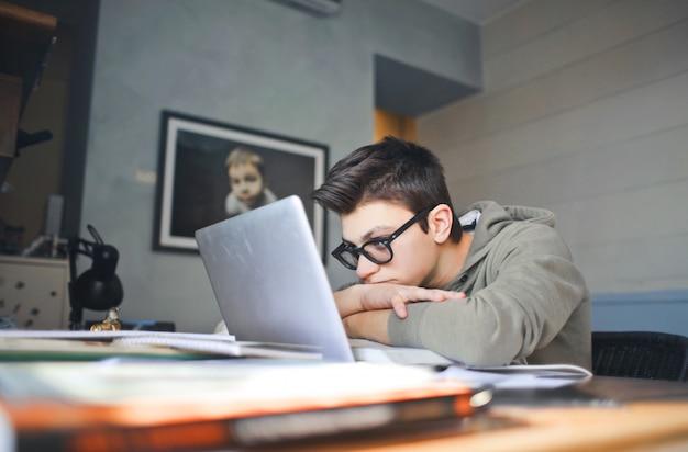 退屈学生の少年