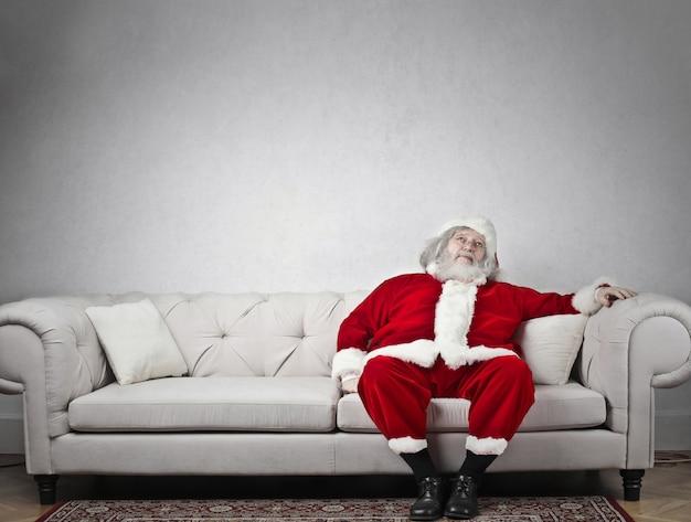 サンタクロースがソファでくつろいで
