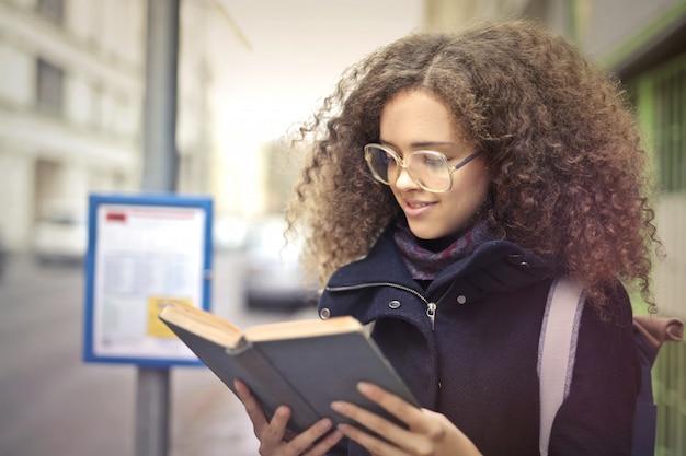 Чтение и ожидание автобуса