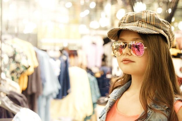 ショッピングのためのショッピングセンターで長い髪のブロンドの女の子