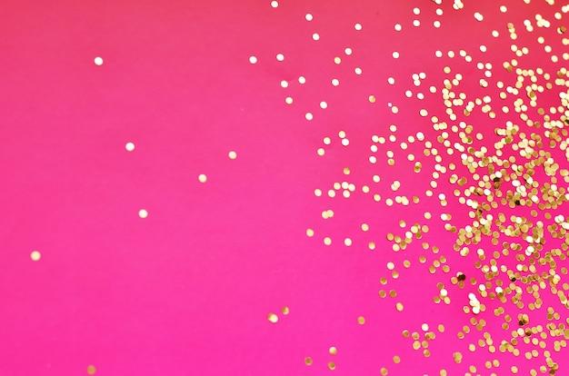 Золото сверкает блеском. блеск свечения, праздничные блестки, дизайн.