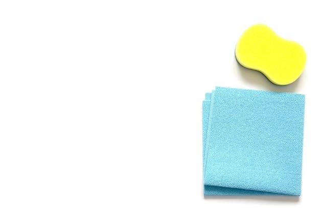 洗剤と掃除用アクセサリー。清掃サービス、中小企業のアイデア、春の大掃除のコンセプトです。フラットレイアウト、上面図。