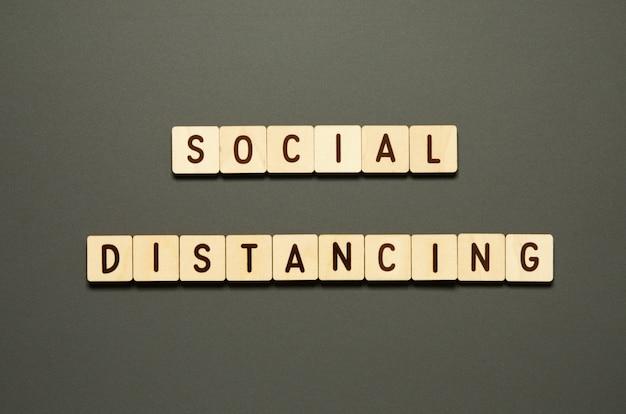 Социальная дистанция - слова из деревянных блоков с буквами. вид сверху
