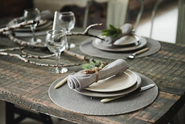 クリスマスディナーのための美しいテーブルセッティング、新年のテーブルのための装飾。