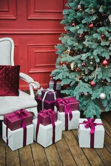 クリスマスツリー、冬の休日の概念の下でプレゼントとギフト