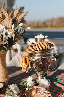 サモワール産のロシア茶。自然の中の冬のお茶会。ベリーのパイ。ベーグル組成のサモワール