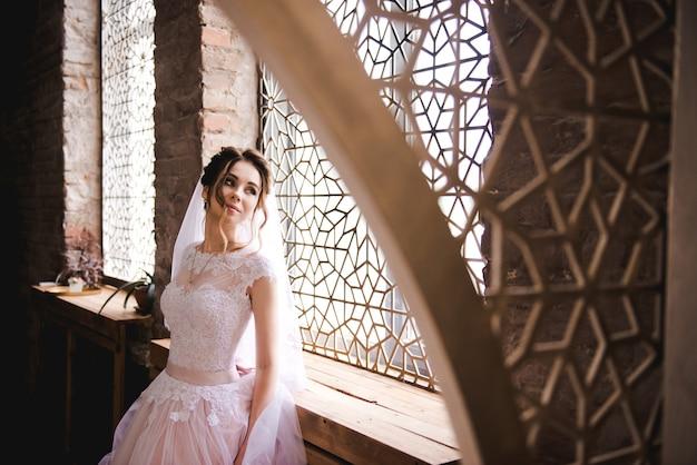 スタイリッシュなインテリアの美しい花嫁の肖像画