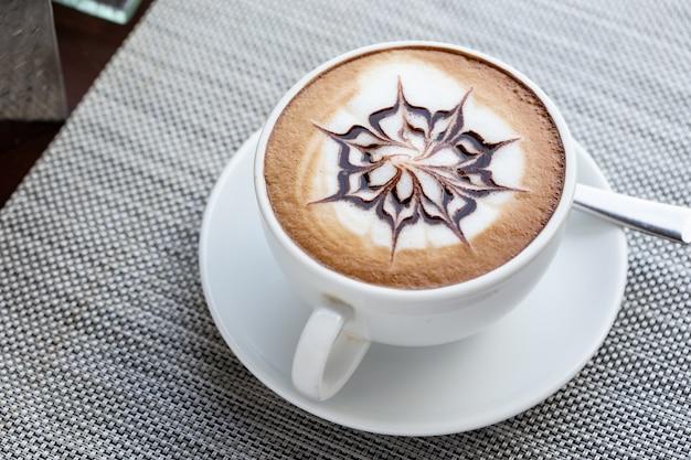 ショットを閉じる、白いカップにホットコーヒー