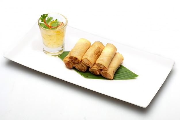 タイの春巻き。白い背景で隔離の食べ物。