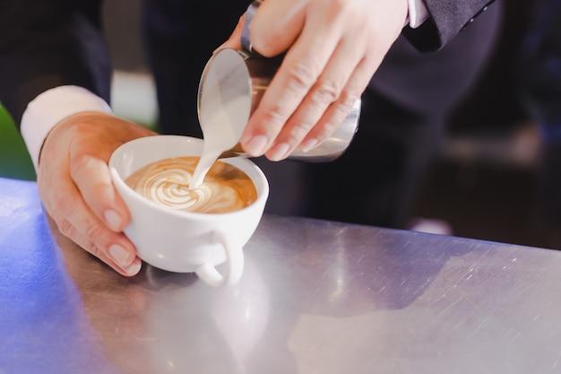 コーヒーの泡とラテアートのためのミルク