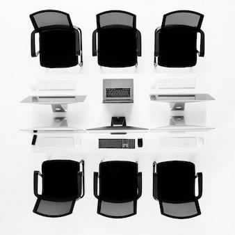 白いテーブルに新しいコンピューターのグループ