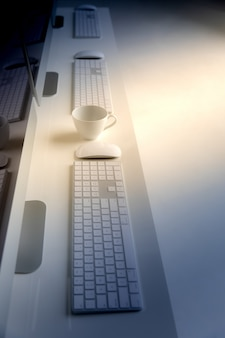 机の上のコンピューターのキーボード。