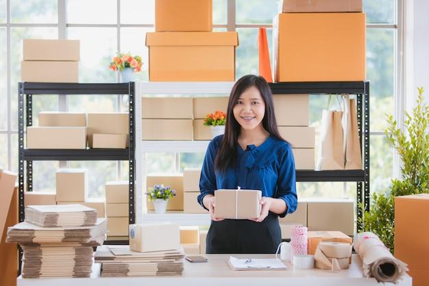 ホームベースからのビジネスを持つ女性。