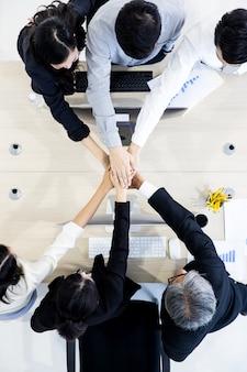 オフィスでのビジネス人々のチームワーク。